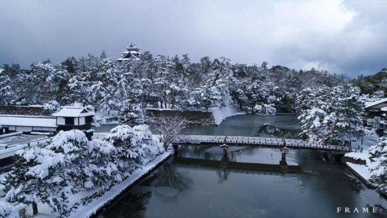 雪の松江城と堀川